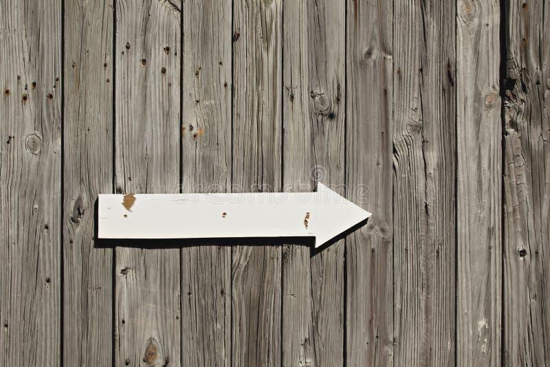 drewniana znak strzałkowata stara ściana zdjęcie royalty free