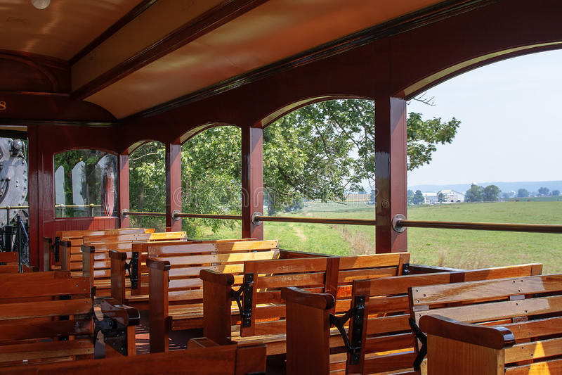 Drewniane ławki wśrodku rocznik kontrpary pociągu fotografia royalty free