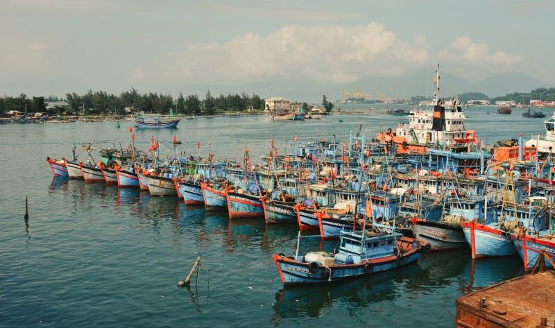 Drewniane łodzie dokujące na molo połowowym zdjęcie stock