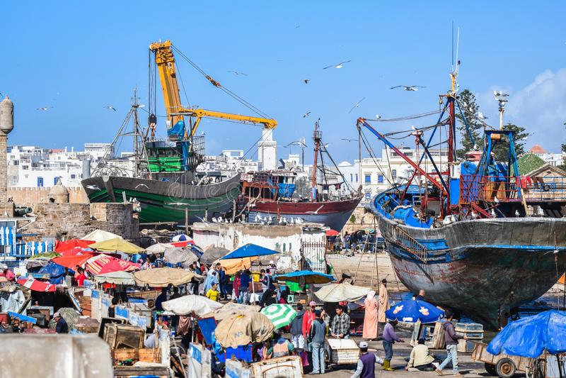 Drewniane łodzie i statki przy Essaouira- kurort na Maroko ` s Atlantyk wybrzeżu i biedne miasto ukrywają, Maroko Afryka zdjęcie royalty free