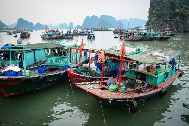 Drewniane łodzie na morzu przy kotów półdupków wyspą w Haiphong, Wietnam obraz royalty free