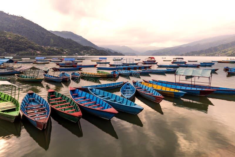DREWNIANE łodzie W jeziorze zdjęcia stock