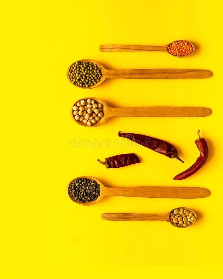 Drewniane łyżki i składniki na żółtym tle Pojęcie zboże organicznie produkty obraz stock