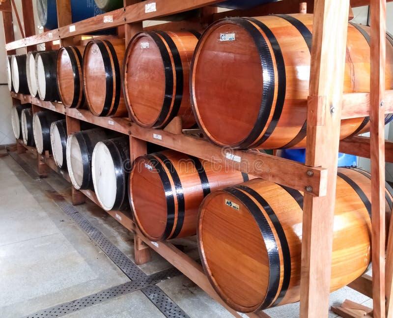 Drewniane baryłki dla magazynu alkoholiczni napoje grupujący w lochu zdjęcia stock