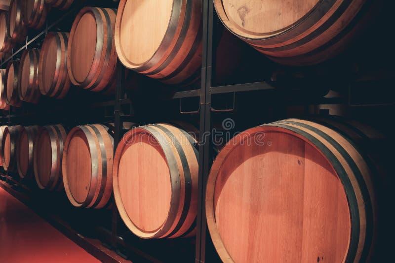 Drewniane baryłki z winem w ciemnym lochu obraz royalty free