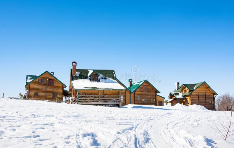 Drewniane bel kabiny na śnieżnej górze fotografia royalty free