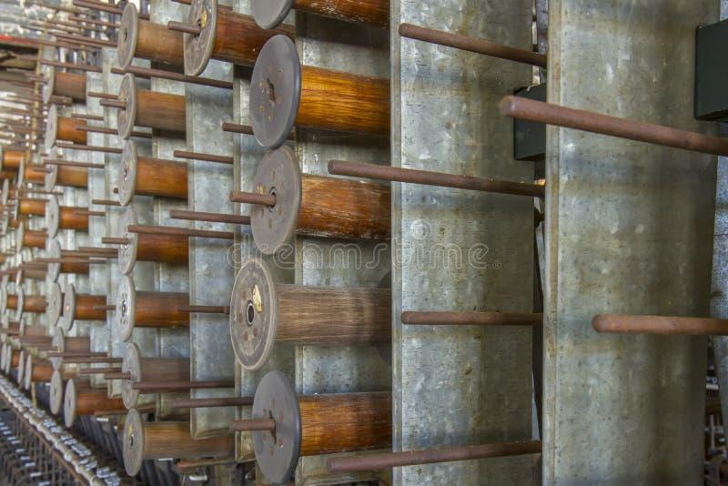 Drewniane bobiny na stojaku obraz stock