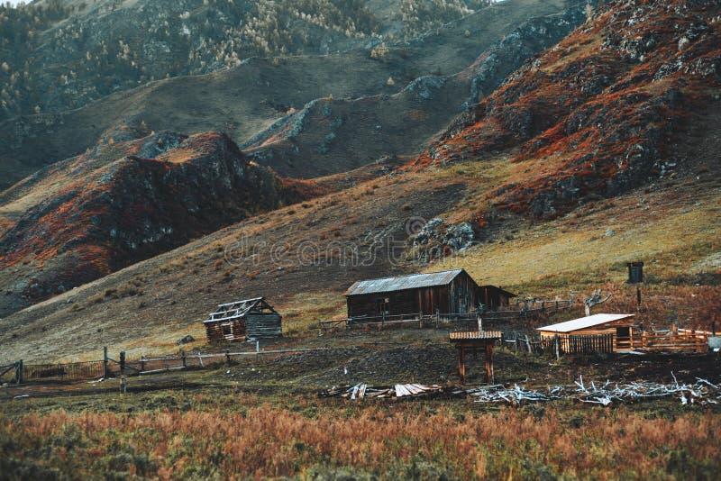 Drewniane chałupy w górach obrazy stock