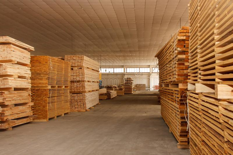 Drewniane deski palletized w warsztacie fotografia stock