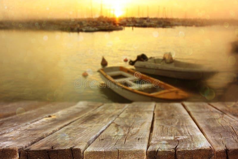 Drewniane deski przed morze łodziami rybackimi i krajobrazem obrazy royalty free
