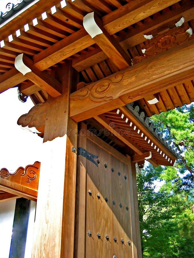 drewniane drzwi do świątyni obraz royalty free