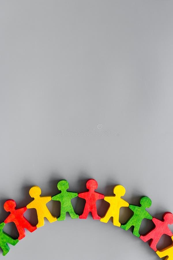 Drewniane figury osób na szarym tle, widok z góry Praca zespołowa, tworzenie koncepcji grupowej kopiuj przestrzeń zdjęcie stock