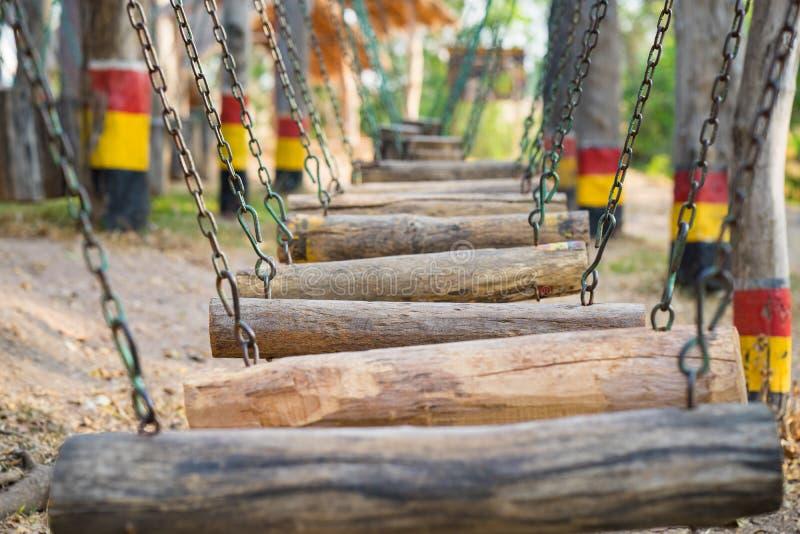 Drewniane huśtawki w rzędzie plenerowy dziecka boisko obrazy stock