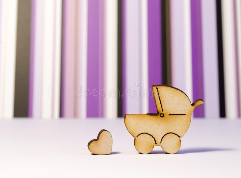Drewniane ikony dziecka serce na i fracht białym p i powierzchni fotografia stock