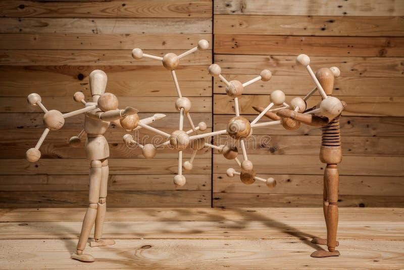 drewniane kukły z drewnianym słowem na drewno stole fotografia royalty free
