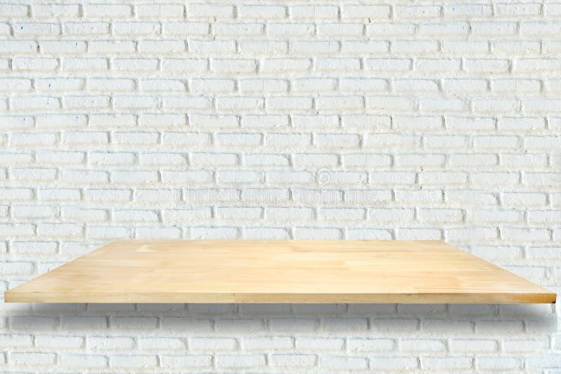 Drewniane półki i biały ściana z cegieł tło zdjęcia stock