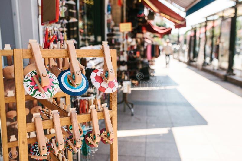 Drewniane pamiątki na ulicie przeciw tłu rozmyci uliczni kramy i sklepy zdjęcia royalty free