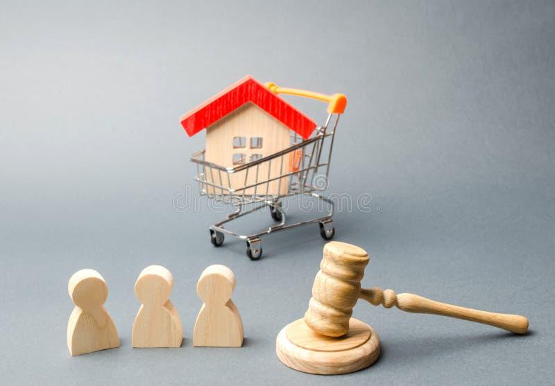 Drewniane postacie ludzie, dom w supermarketa tramwaju i s?dziego m?ot, aukcja Jawna sprzeda? nieruchomo?? zdjęcie royalty free