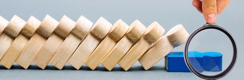 Drewniane postacie ludzie Domino biznesu poj?cie Lider no zatrzymuje spadku pracownicy s?aby link Nierzetelny szef obrazy royalty free