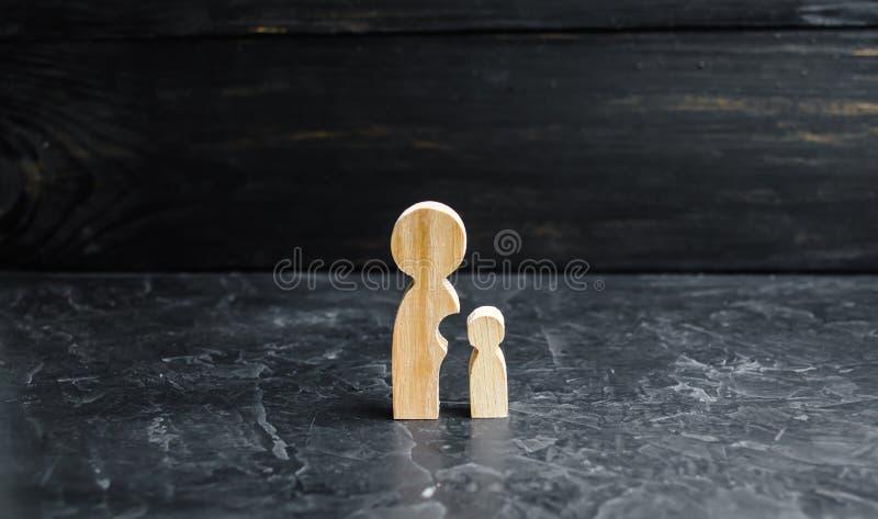 Drewniane postacie matka i dziecko Dziecko oddziela od matki ciała Pojęcie maturation i samodzielność zdjęcia stock
