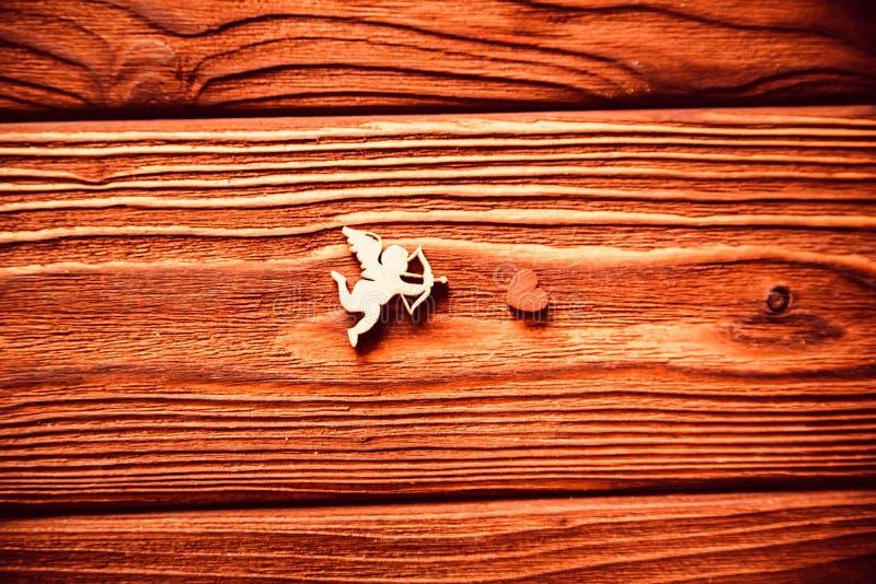 Drewniane postacie serca i amorek, walentynki ` s obrazy stock