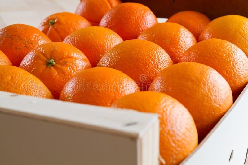 drewniane pudełkowate świeże pomarańcze zdjęcie royalty free