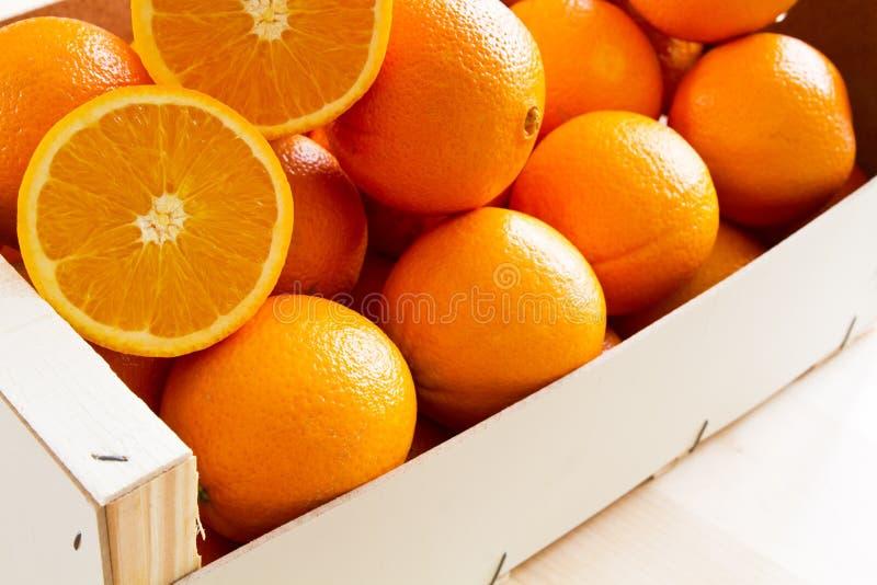 drewniane pudełkowate świeże pomarańcze obraz royalty free