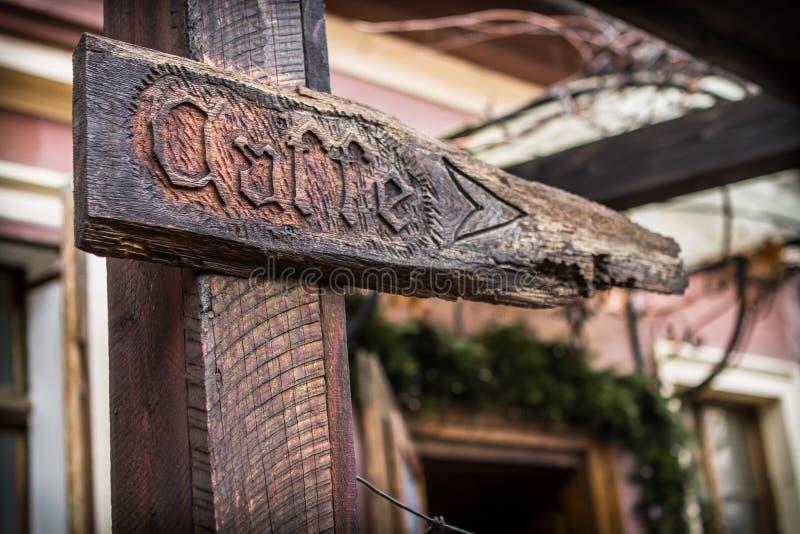 Drewniane signboard i kierunku strzała sklep z kawą obraz stock