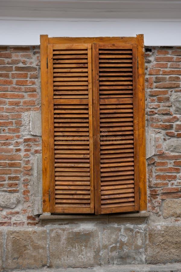Drewniane story na okno na ulicie zdjęcie royalty free