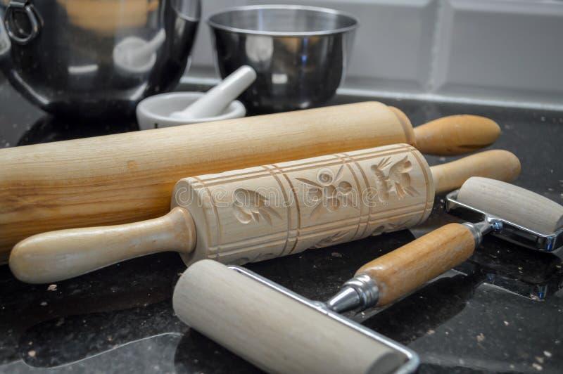 drewniane toczne szpilki i springerle kształty obrazy royalty free