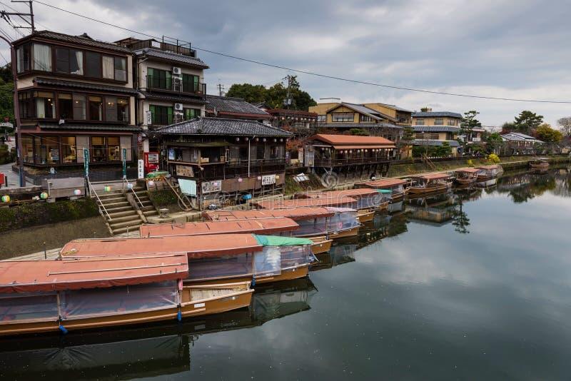 Drewniane turystyczne łodzie blisko Uji rzeki, Kyoto zdjęcie royalty free