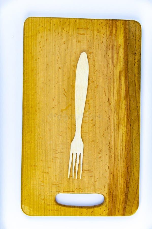 Drewniane ?y?ki na drewnianej tn?cej desce zdjęcia royalty free