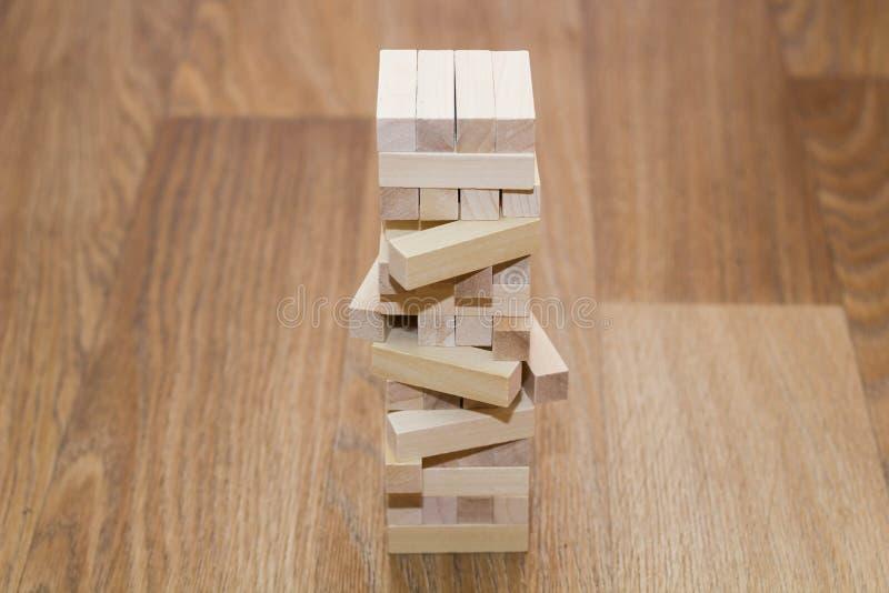 Drewnianego bloku wierza gra na bia?ym tle obraz stock