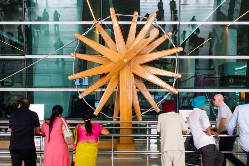 Drewnianego charkha przędzalniany koło przy New Delhi lotniskiem międzynarodowym zdjęcia stock