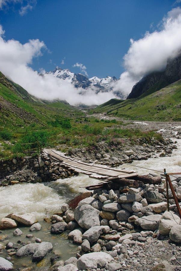 drewnianego mosta i góry rzeka, federacja rosyjska, Kaukaz, fotografia stock