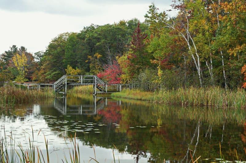 Drewnianego mosta odbicia zdjęcia stock