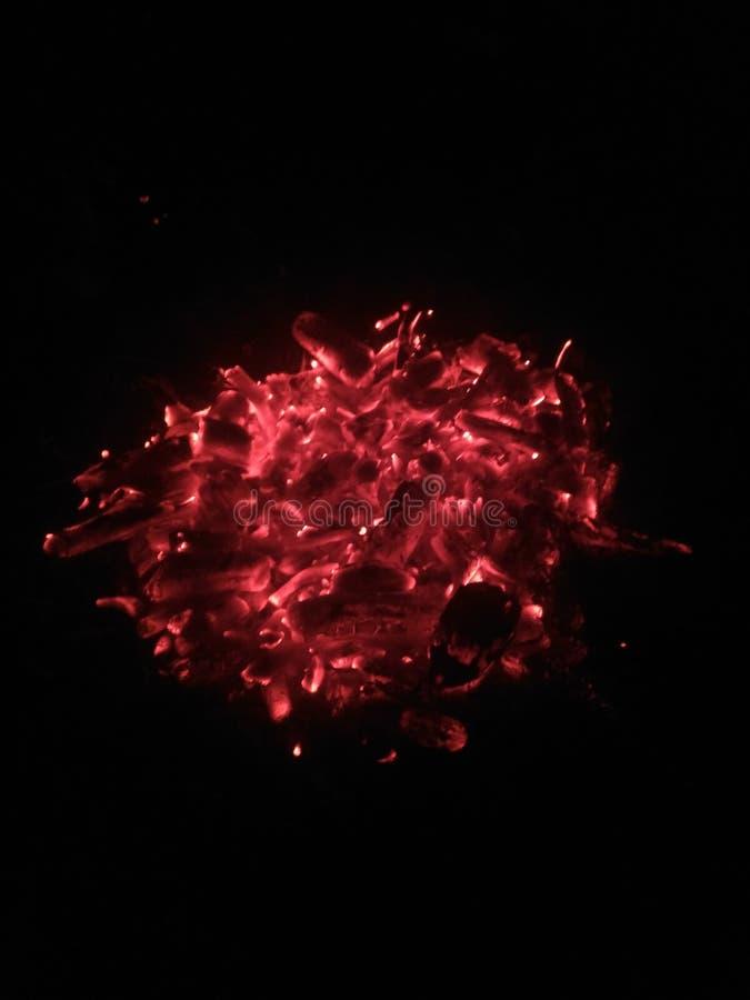 Drewnianego ogienia nighttime czuć gorący i wygodny fotografia stock