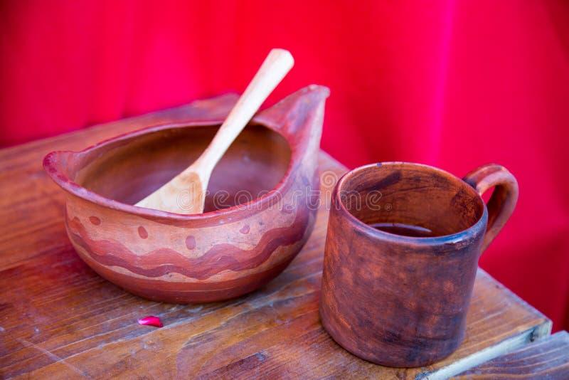Drewnianego pucharu kubka łyżkowy mahoń malował z prostym wzorem na czerwonym tle Selekcyjna ostro?? zdjęcia royalty free