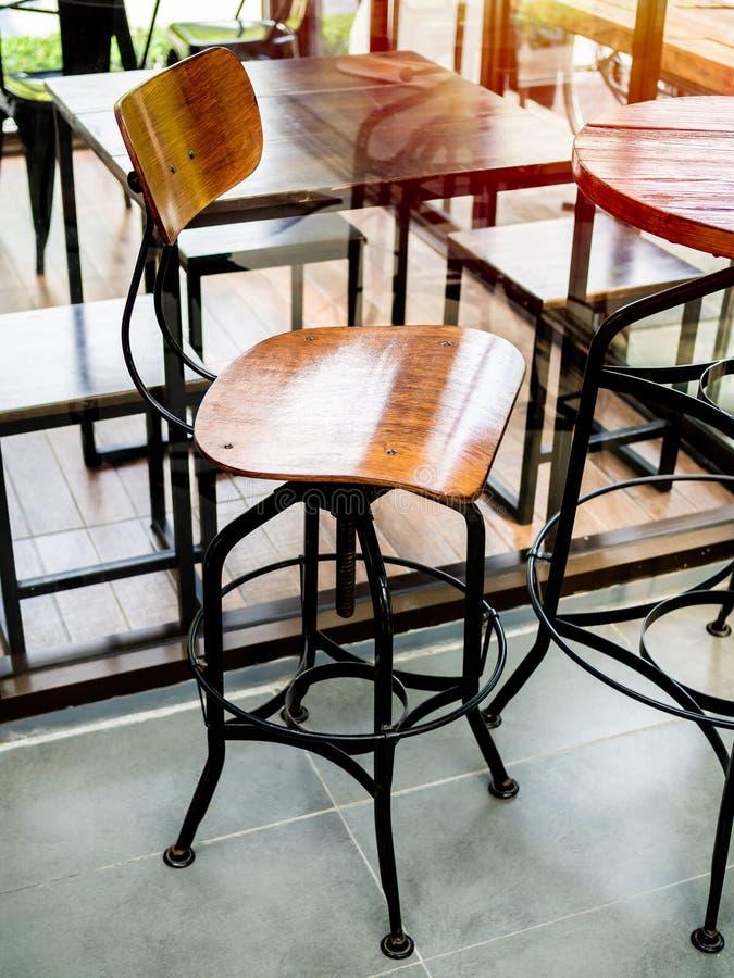 Drewnianego rocznika prętowa stolec z czarną stalą iść na piechotę w kawiarni fotografia royalty free
