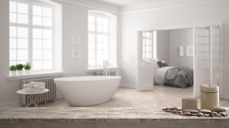 Drewnianego rocznika stołowy wierzchołek, półka z lub, zen nastrój nad zamazaną minimalistyczną scandinavian białą łazienką z łóż fotografia royalty free