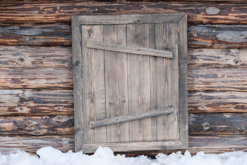 Drewnianej beli ścienny i zamknięty drzwi obraz stock