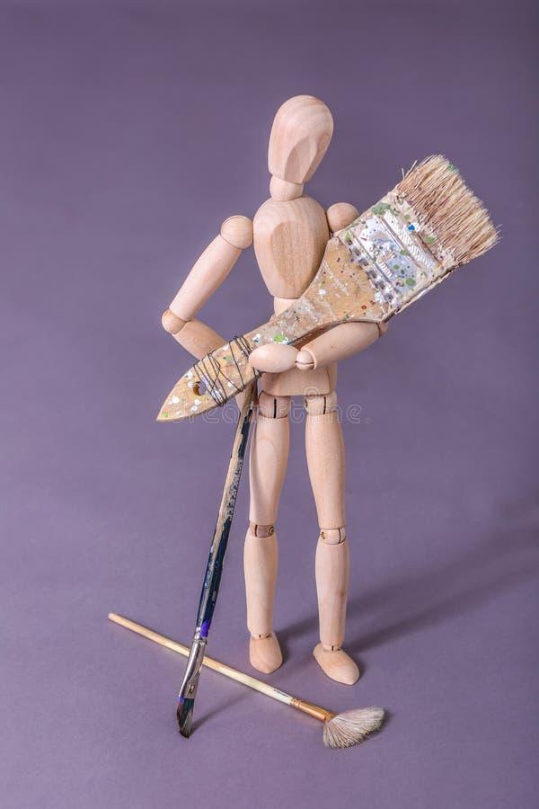 Drewnianej manikin lali mienia ampuły trwanie paintbrush zdjęcie stock