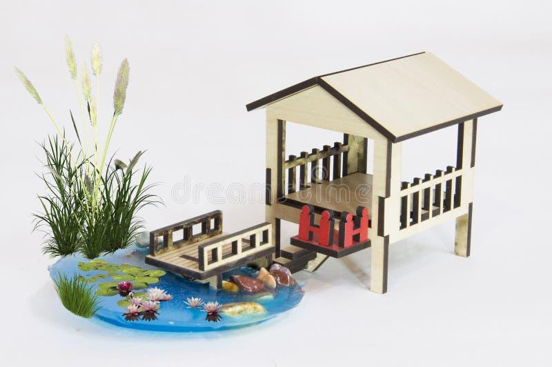 Drewnianej pergoli wzorcowy i mały jezioro z drewnianym bridg fotografia royalty free
