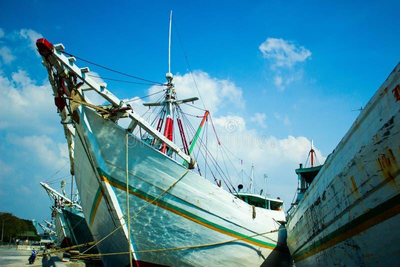 Drewniani żeglowanie statki dzwonili pinisi w dziejowym porcie Sunda Kelapa w Dżakarta, Środkowy Jawa, Indonezja obrazy royalty free