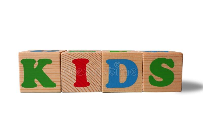 Drewniani abecadło zabawki bloki z tekstem: Dzieciaki dzieciaków abc sześciany na białym tle z kopii przestrzenią obraz royalty free