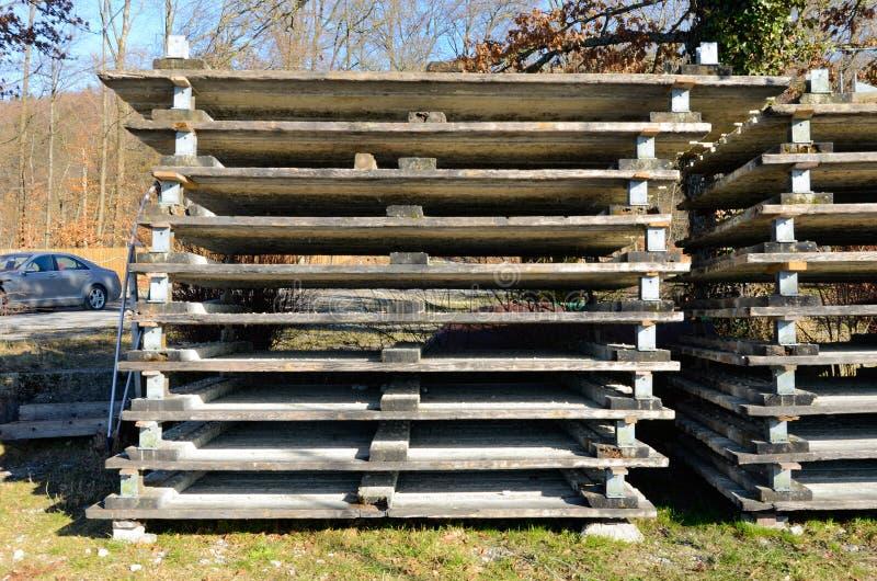 Drewniani barłogi brogowali pochylonego zdjęcia royalty free