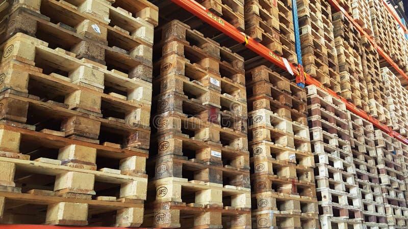 Drewniani barłogi dla produktu transportu i dystrybuci brogują w stojaku magazyn obrazy royalty free