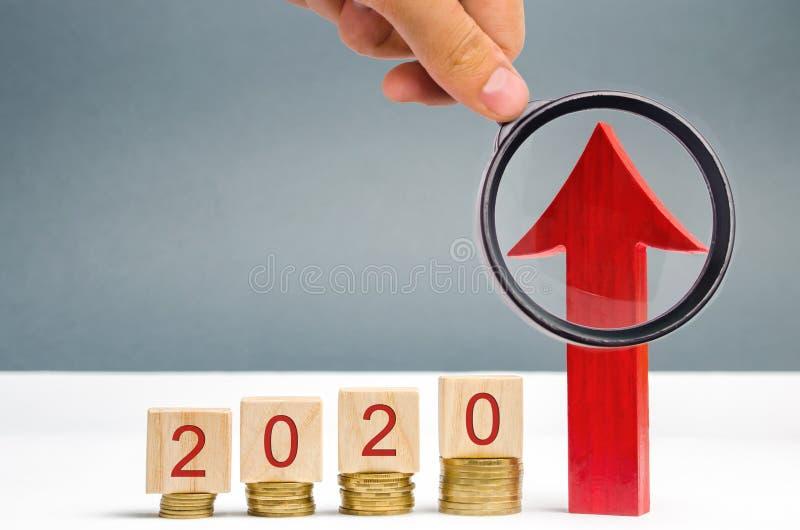 Drewniani bloki 2020 i czerwona strzała w górę Poj?cie biznes i finanse _ Inwestowa? w przysz?o?ci Plan dzia?ania Inwestycja obraz stock