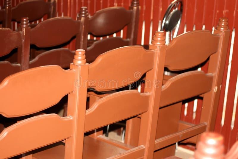 Drewniani brązów karła w rzędach za Krzesła w synagodze w modlitewnej sali obrazy stock