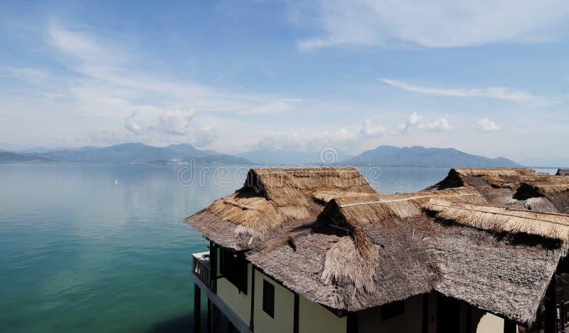 Drewniani bungalowy przy Hon Mun wyspą w Nha Trang, Wietnam fotografia royalty free